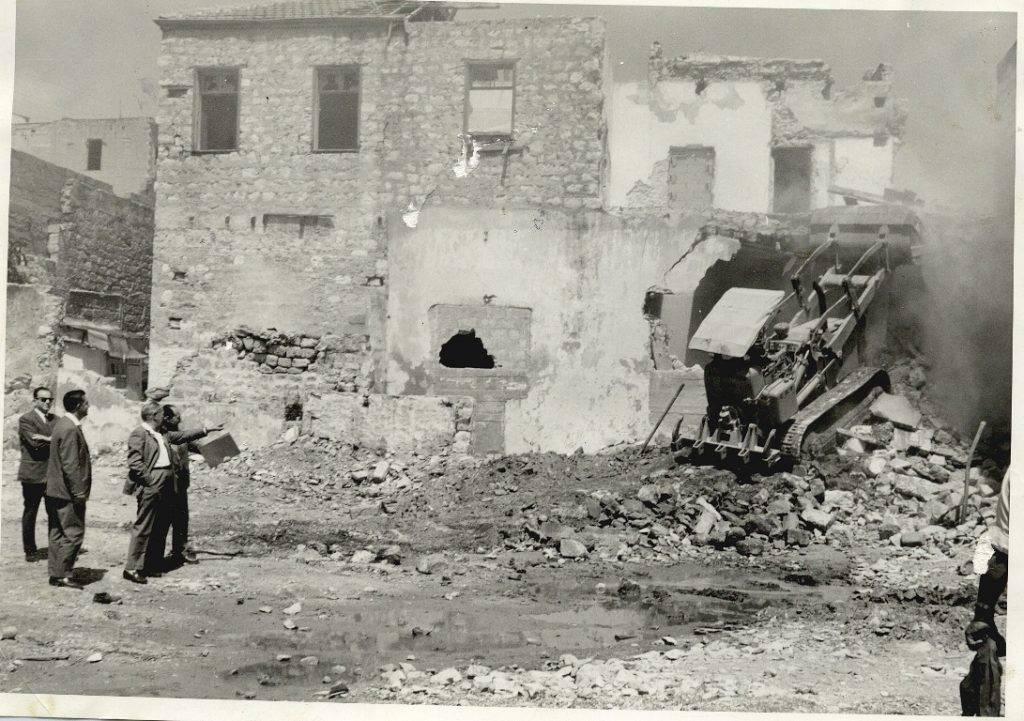 آبا حوشي بعد أن صار رئيساً لبلدية حيفا يشرف على عملية هدم في حي وادي الصليب في 1964- أرشيف جوني منصور