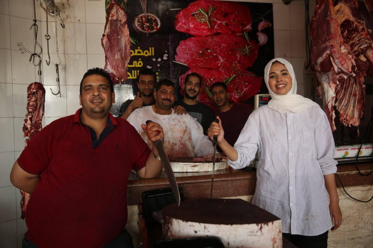 إسلام حسن مع زملائها في مجل الجزارة