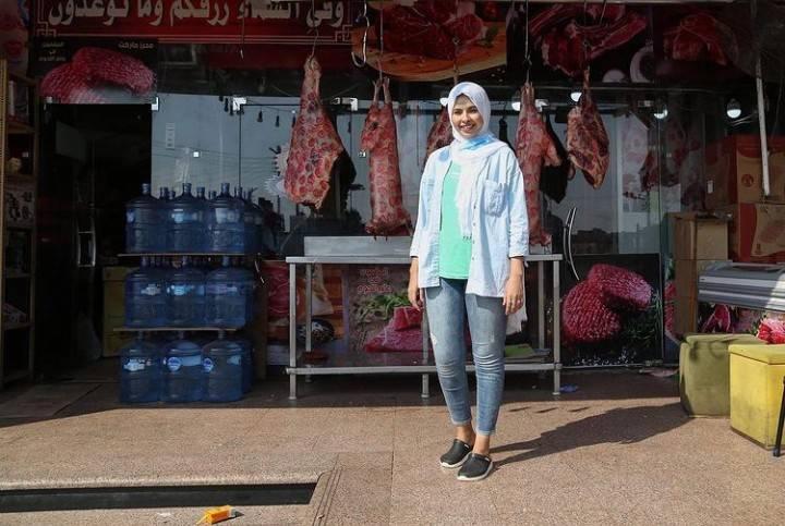 إسلام حسن أمام محل الجزارة الذي تعمل فيه