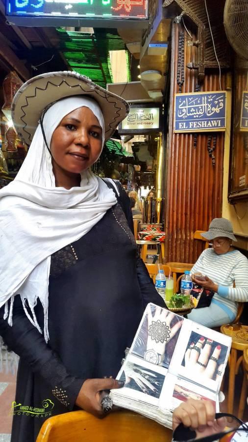 سيدة سودانية تعرض رسوم الحناء قرب جامع الحسين