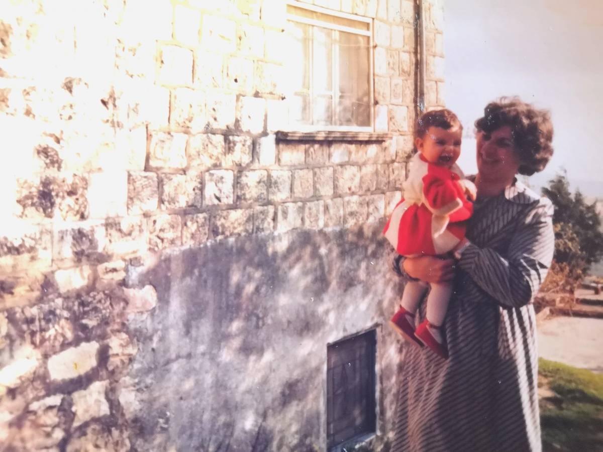 مصممة الازياء السورية يمام مسوح تحتفظ بمئات الصور لعائلاتها ضمن ألبومات خاصة