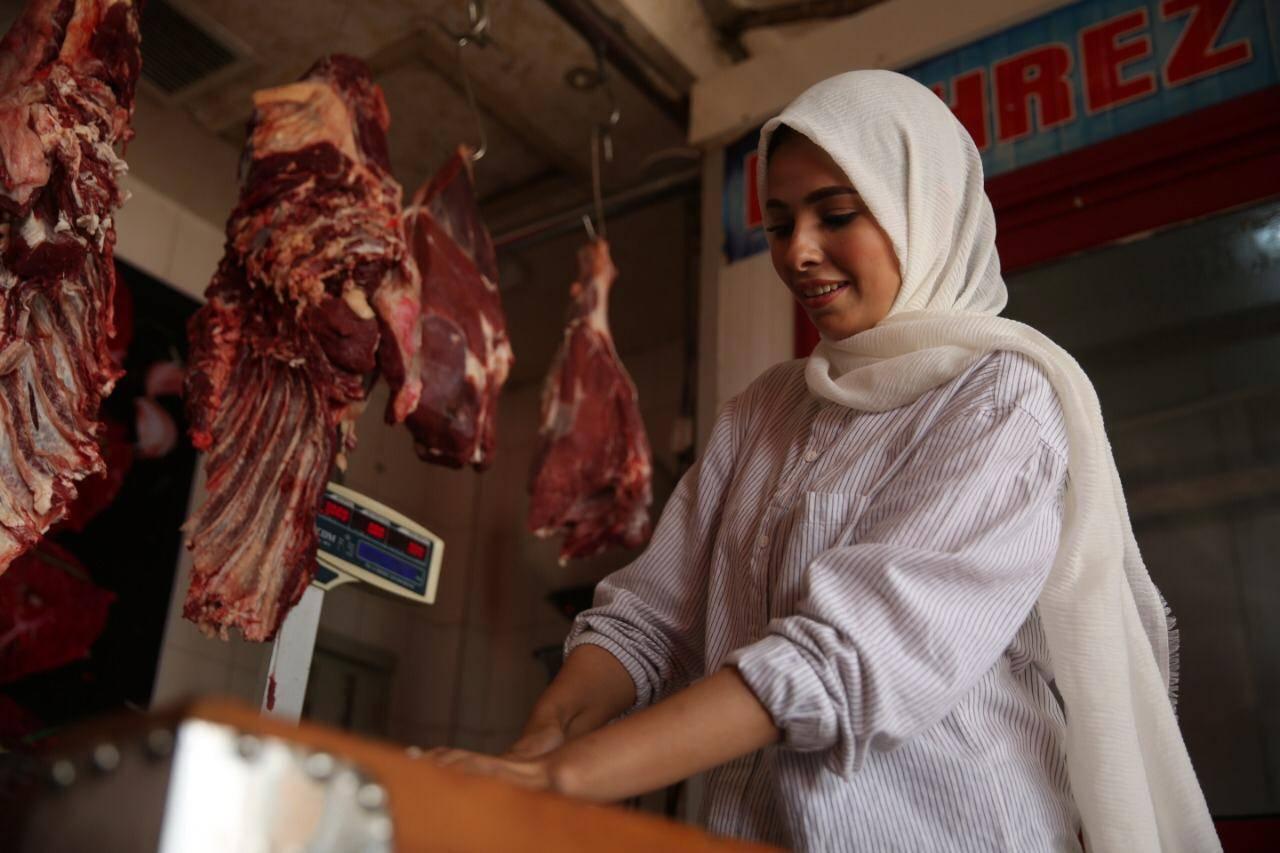 إسلام حسن أثناء عملها في محل الجزارة
