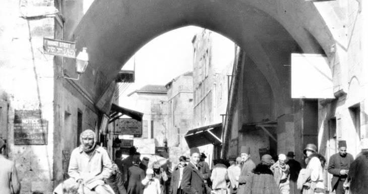 السوق عند البوابة الشرقية لحيفا (أرشيف جوني منصور)