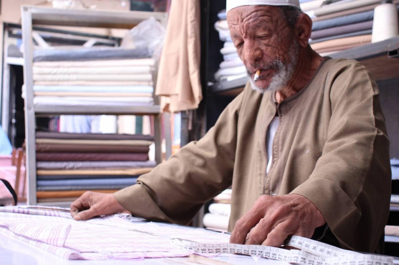 الحاج عبد الناصر وهو من أقدم خياطي الجلباب الصعيدي في أسوان