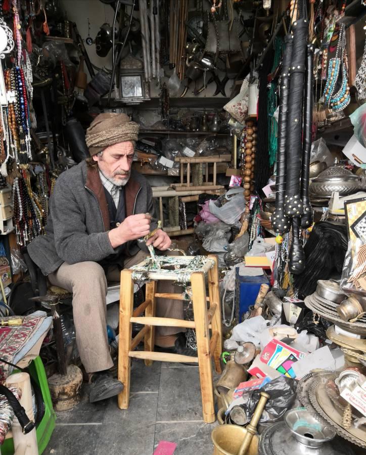 أحد صانعي كراسي القش في دمشق القديمة