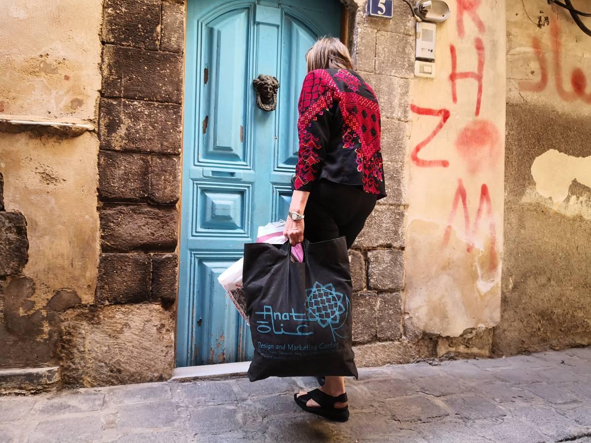 هايكة فيبر مع أدوات عملها أمام باب منزلها