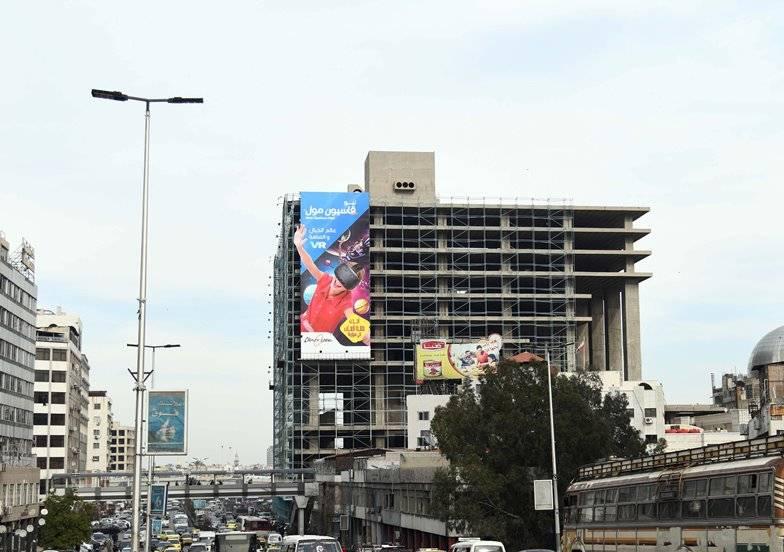 شارع الثورة وسط دمشق ويبدو في الصورة مجمع يلبغا الذي توقف العمل فيه منذ عقود