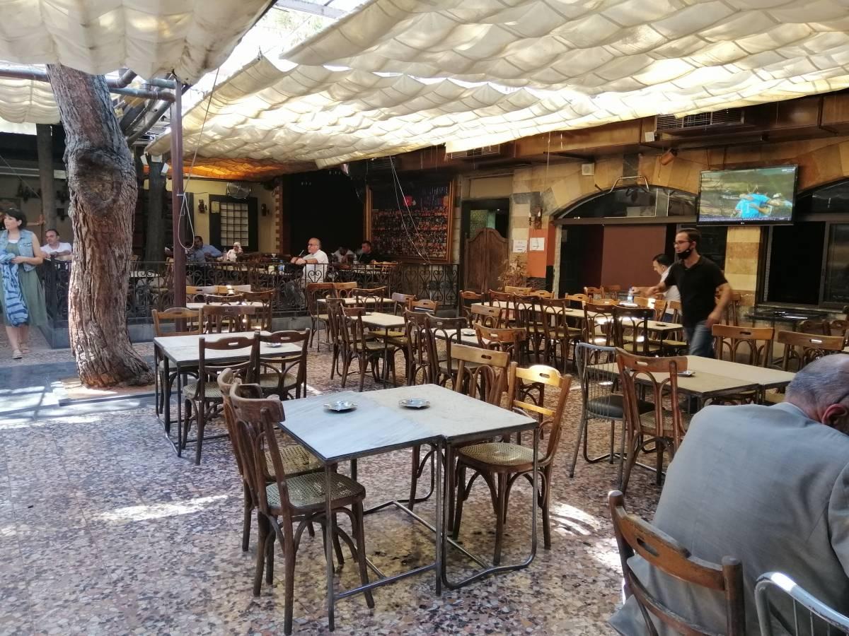 من داخل مقهى الروضة في دمشق