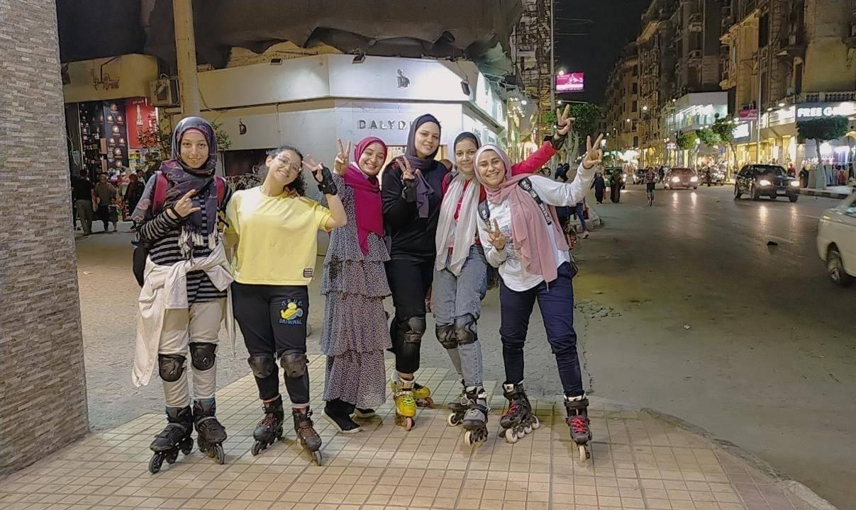 فتيات يمارسن الاسكيتنغ في شوارع مصر