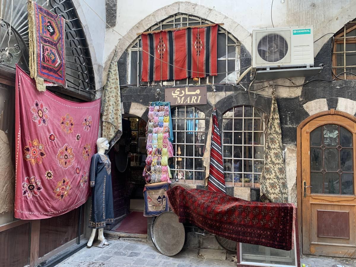 أحد متاجر دمشق القديمة الذي يبيع بضائع أفغانية