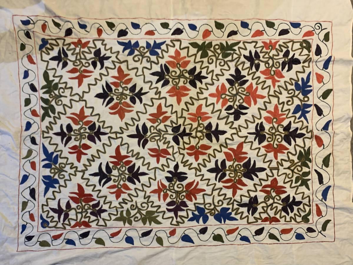 قطعة بتطريز أفغاني مشابه لتطريز الأغباني الدمشقي موجودة في أسواق دمشق