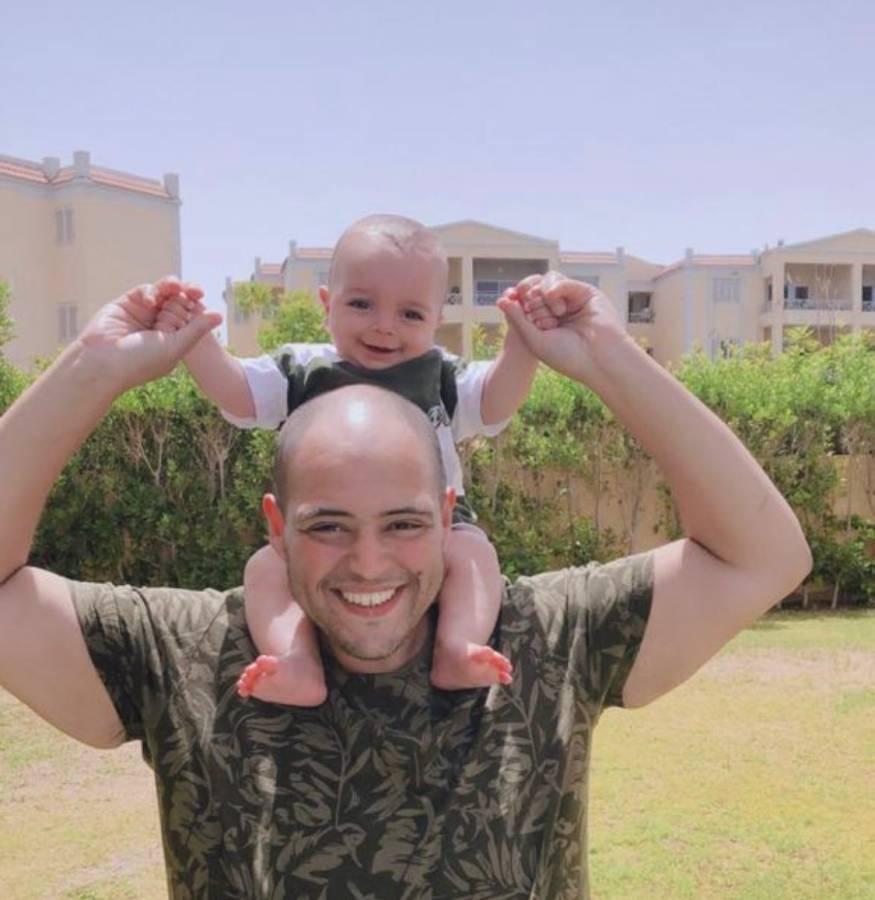 علاء مع ابنه بالاحتضان مهند
